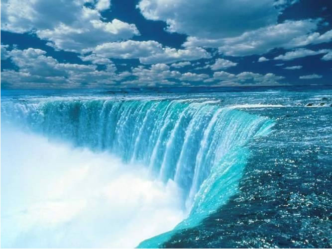 close up view of the horseshoe sape of Niagra Falls